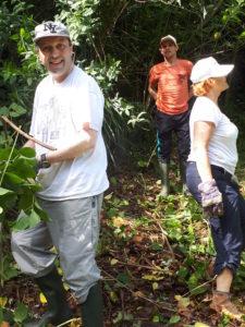 action eco-cotoyenne de désherbage dans un parc naturel